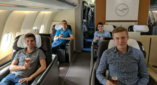 reisetopia Team in der Lufthansa First Class